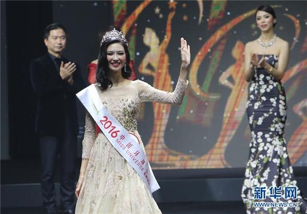 Vượt qua 14 ứng cử viên nặng kí, người đẹp Lí Trân Dĩnh đã đăng quang ngôi vị hoa hậu của cuộc thi.