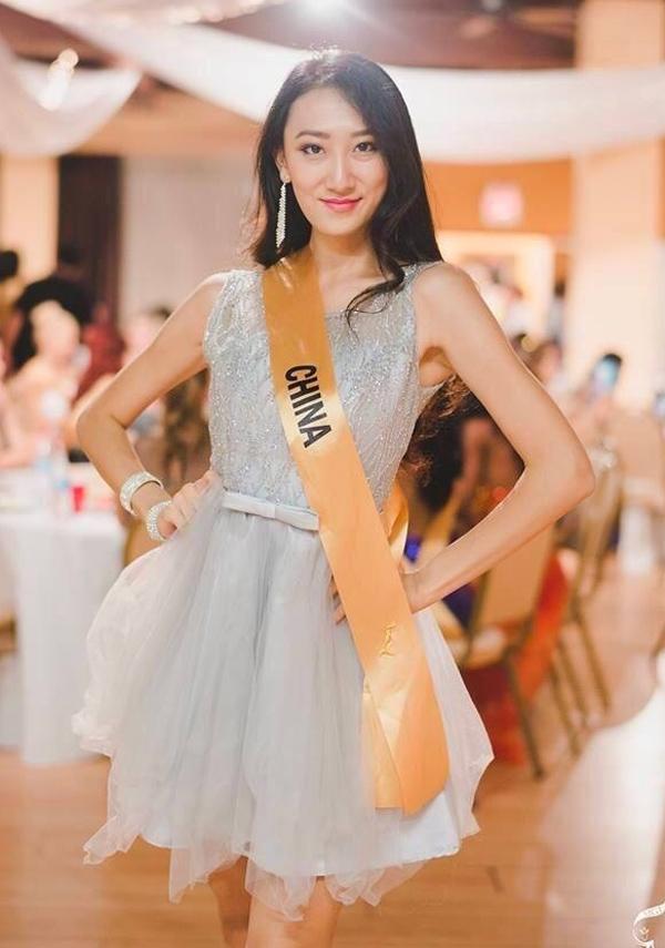 Á Hậu Hà Tư Nho của cuộc thi Misschina 2016 - ngườiđại diện cho Trung Quốc tham dự cuộc thi Hoa hậu hòa bình thế giới (Miss Grand International 2016) bị chê là quá già và trông như đàn ông.