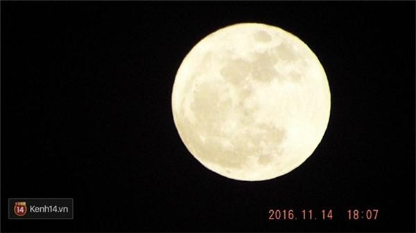 """Một số bạn chụp được siêu trăng cực kỳ cận cảnh và rõ nét, """"lộng lẫy"""" không thua gì """"ảnh quảng cáo"""" được lan truyền trên mạng mấy ngày vừa qua. (Ảnh: khathinh; Minh Kỳ)"""