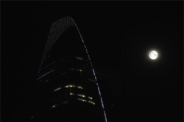 """Tuy nhiên, """"giấc mơ mãi chỉ là giấc mơ"""", số người chụp được siêu trăng để đời không nhiều, đa số các bạn chỉ lưu lại được khoảnh khắc mờ mờ ảo ảo của """"người tình mặt trăng"""" này mà thôi."""