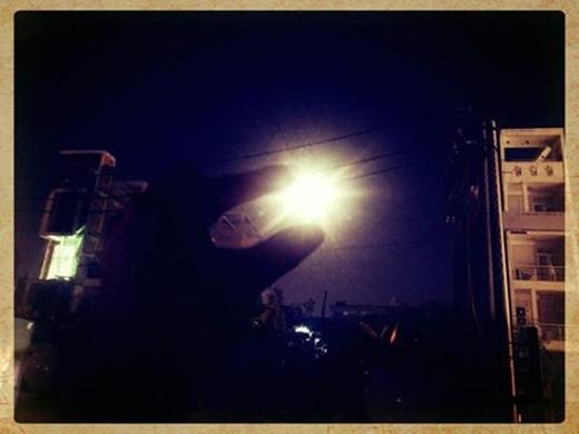 Có bạn thì tự an ủi mình bằng cách tạo dáng tay dễ thương cùng siêu trăng trông không khác... cái bóng đèn đường.