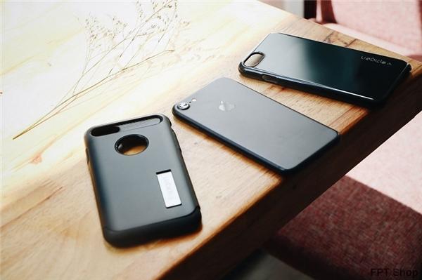 """FPT Shop đã có ốp Spigen Thin Fit Jet Black có thể hô biến siêu phẩm iPhone 7 của bạn thành phiên bản Jet Black """"sang chảnh""""."""