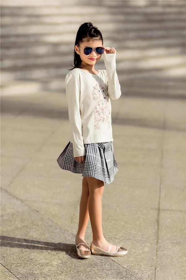 Với bé Bảo Tiên, những bộ đồ năng động, nhiều màu sắc được cô rất yêu thích khi sánh đôi cùng mẹ.