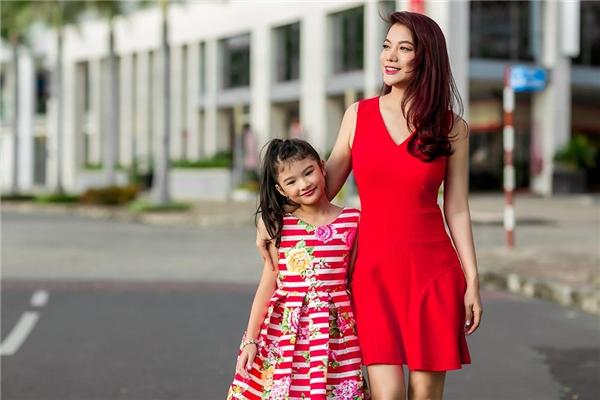 Sự xuất hiện ngẫu nhiên và đầy vui vẻ của mẹ con Trương Ngọc Ánh trên phố đông cũng nhận được nhiều sự chú ý của mọi người xung quanh.