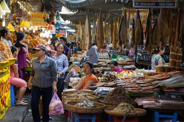 Chợ Châu Đốc nổi danh bởi đặc sản cá khô và các loại mắm.(Ảnh: Internet)