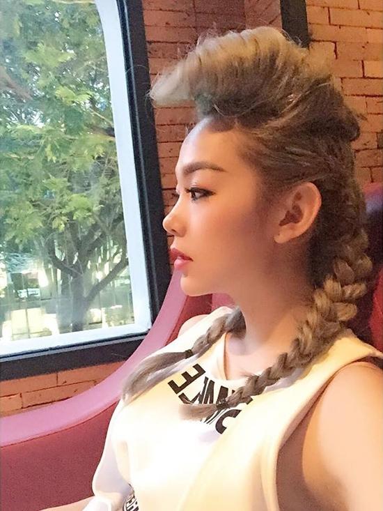 Nữ ca sĩ trông cực ngầu với phần mái được đánh phồng, chải cao cùng hai bím tóc đối xứng.