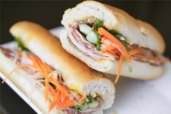 Bánh mì đã qua mặtrất nhiều món ăn đường phố nổi tiếng khắp thế giới, chẳng hạn hot dog hay taco.