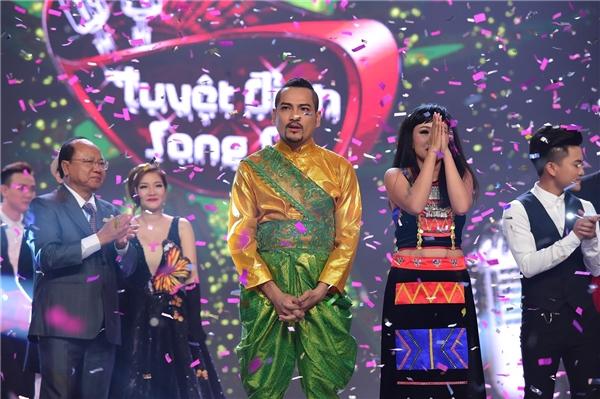 Cặp đôi thí sinh nhảy lên vì sung sướng trong khoảnh khắc đăng quang. - Tin sao Viet - Tin tuc sao Viet - Scandal sao Viet - Tin tuc cua Sao - Tin cua Sao