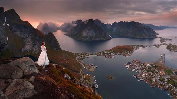 Bộ ảnh có motif xuyên suốt - cô dâu đứng một mình giữa thiên nhiên rợn ngợp.