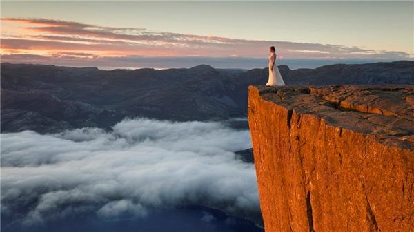 Nhiếp ảnh gia Karol Nienartowicz cùng vợ mới cưới đi tuần trăng mật dài 45 ngày để chụp ảnh cưới.