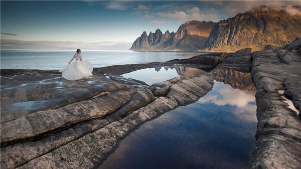 Cô dâu tạo dáng bên bờ biển trong bộ váy cưới tinh khôi.