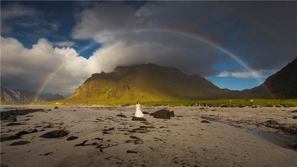 Cặp đôi lái xe đến những nơi xa xôi hẻo lánh với cảnh thiên nhiên tuyệt đẹp.