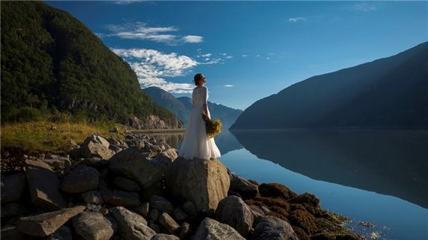 Cặp đôi cắm trại dọc đường đi và chụp ảnh trong tiết trời thu thơ mộng.