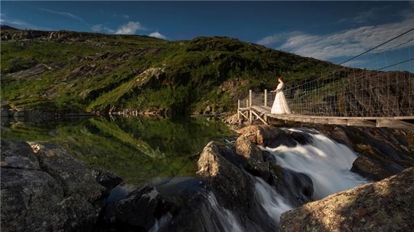 Cô dâu không ngại tạo dáng với váy cưới bất kỳ lúc nào chú rể yêu cầu.