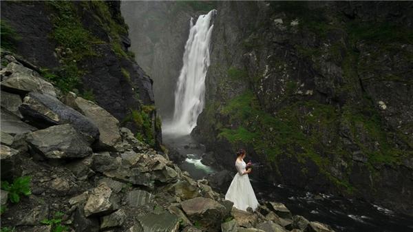 Cô dâu tạo dáng bên thác nước như một bức tranh.
