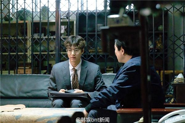 """Hết cool ngầu, Lee Min Ho lại hóa thành chàng """"mọt sách"""" ngờ nghệch"""