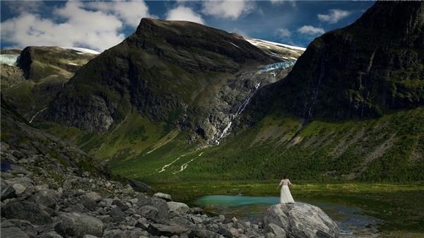 Núi non bao la khiến cô dâu trở nên nhỏ bé.