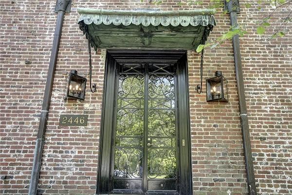 Mặt tiền ngôi nhà trông vô cùng sang trọng và hoành tráng.