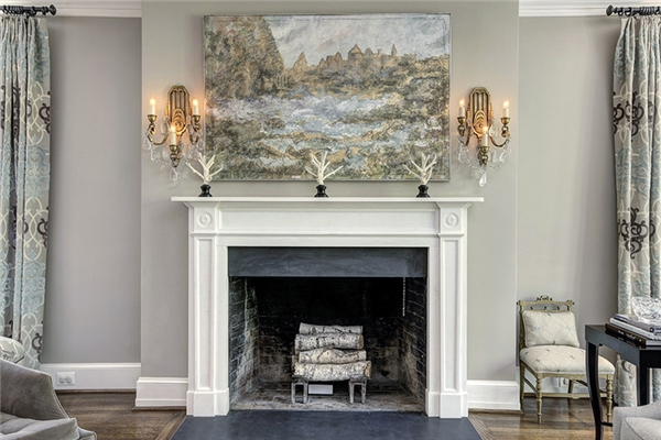 """Nội thất của dinh thự càng khiến nhiều người phải """"lóa mắt"""", đặc biệt là nhờ tông màu chủ đạo là trắng và ghi xám cực kỳ thanh lịch và đẳng cấp."""