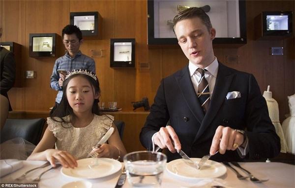Trẻ em Trung Quốc được dạy cách dùng đồ Tây.