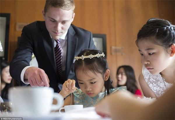 Trẻ em được bố mẹ cho theo học ở các trung tâm bồi dưỡng quý tộc từ rất sớm.