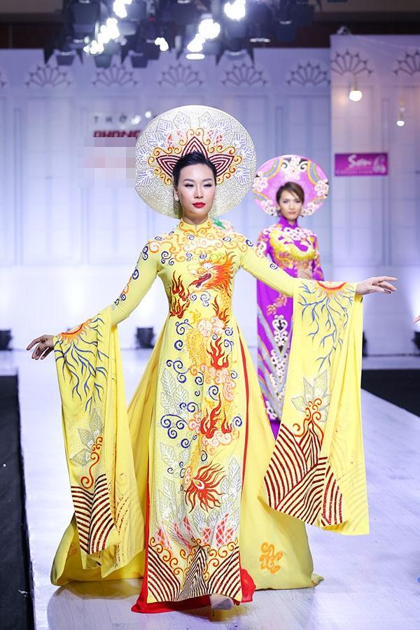 Ở phần đầu bộ sưu tập, những tà áo trông vô cùng lộng lẫy, bắt mắt với những họa tiết cầu kì, phom dáng ấn tượng. Hình ảnh rồng phượng tượng trưng cho hạnh phúc, tài lộc, thịnh vượng được nhà thiết kế Minh Sơn khai thác tối đa.