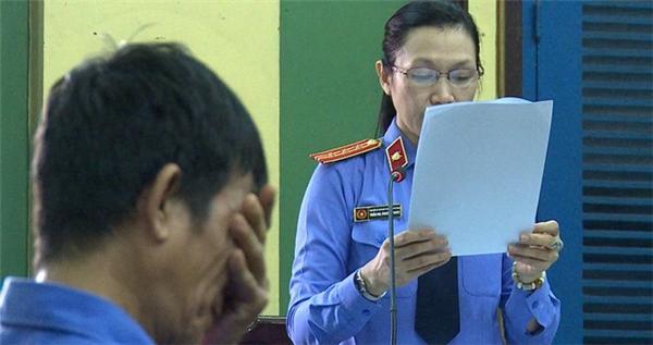 Đại diện Viện kiểm sát đọc bản luận tội. (Ảnh: Trương Khởi)