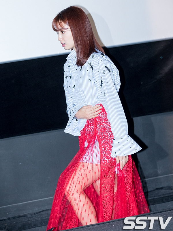 Park Shin Hye gây sốt với trang phục khó hiểu