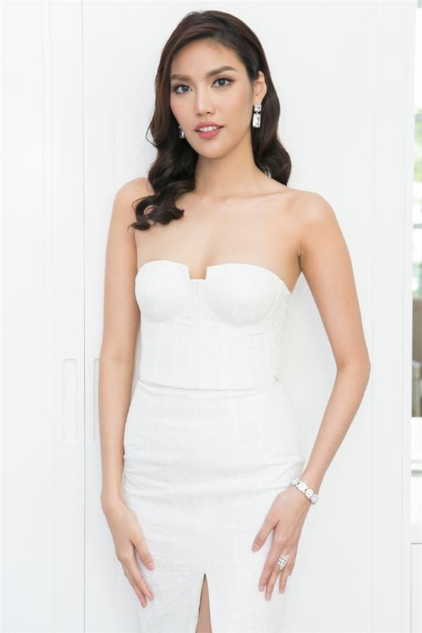 Lan Khuê diện bộ váy trắng ôm sát khoe vài trần gợi cảm đầy nóng bỏng.