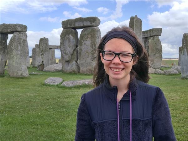 Cũng trong tháng 8 năm 2016, Alexis tiếp tục tới Anh và chụp ảnh bên bãi đáStonehenge nổi tiếng.