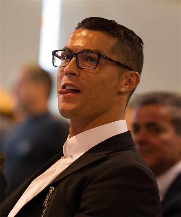 Ronaldo đeo kính là đề tài châm chọc của cư dân mạng vì không phù hợp. (Ảnh: internet)