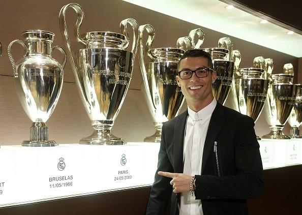 Ronaldo dính án phạt chỉ vì ngáo ngơ mang chiếc kính này