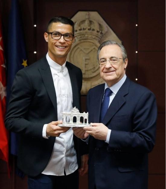 """Những hình ảnh Ronaldo """"làm điệu"""" với cặp kính không độ của Nike. (Ảnh: internet)"""