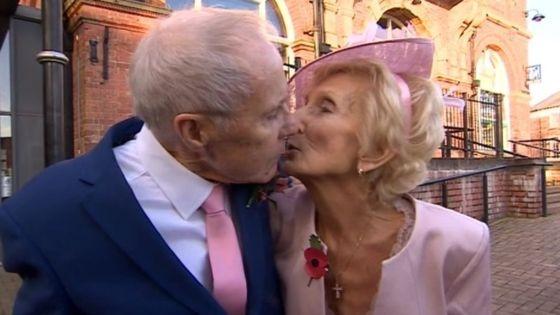 Trao nhau nụ hôn trong ngày hạnh phúc.