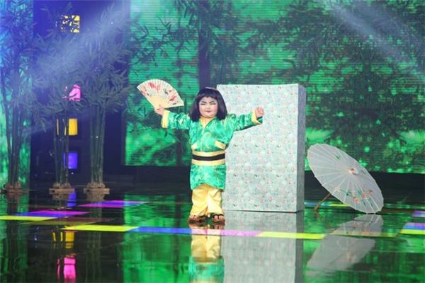 Dù chỉ mới 5 tuổi nhưng cậu bé đã có thể tự tin ca hát, nhảy múa trên sân khấu lớn.