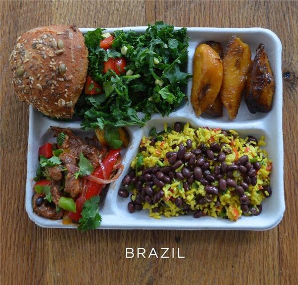 Cơm trộn đậu, thịt heo xào rau, rau trộn, bánh mỳ, và chuối nướng