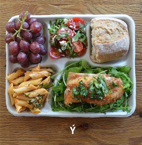 Cá, xà lách, pasta sốt cà chua, salad cà chua, bánh mỳ, và nho