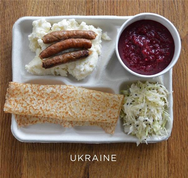Khoai tây nghiền, xúc xích, súp củ cải đường, salad cải bắp, và bánh kếp