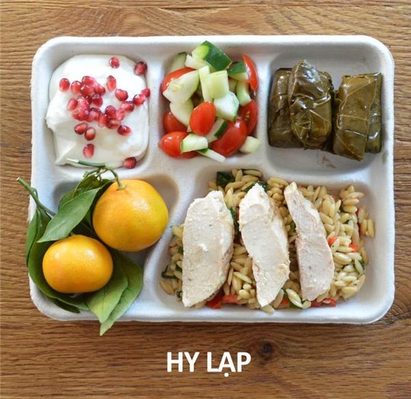 Mỳ hạt gạo, gà, lá nho nhồi thịt, salad cà chua và dưa leo, sữa chua hạt lựu, và cam
