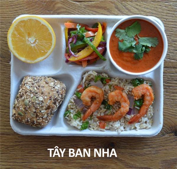 Cơm xào rau, tôm quay, súp lạnh, ớt xào, bánh mỳ, và cam