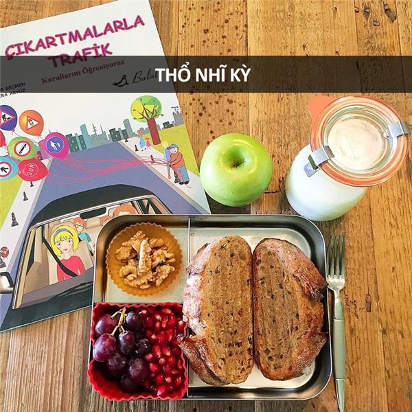 Bánh mỳ, hạt óc chó, trái cây, và sữa chua
