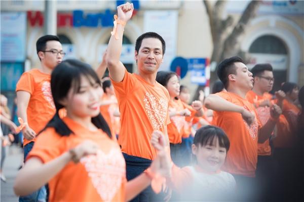 Cả hai đều nhiệt tình nhảy flashmob cùng giới trẻ thủ đô, kêu gọi mọi người giữ gìn vệ sinh, môi trường Hà Nội. - Tin sao Viet - Tin tuc sao Viet - Scandal sao Viet - Tin tuc cua Sao - Tin cua Sao