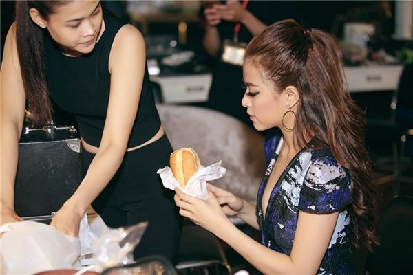 Bận rộn công việc, Hoàng Thùy Linh ăn vội bánh mì trước giờ ghi hình - Tin sao Viet - Tin tuc sao Viet - Scandal sao Viet - Tin tuc cua Sao - Tin cua Sao