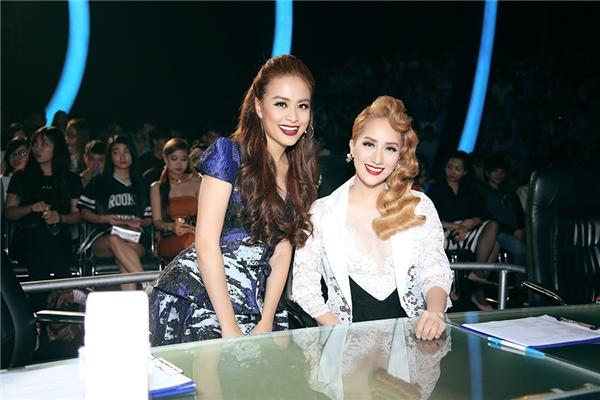 Hai nữ giám khảo vui vẻ chụp hình kỉ niệm cùng nhau. - Tin sao Viet - Tin tuc sao Viet - Scandal sao Viet - Tin tuc cua Sao - Tin cua Sao
