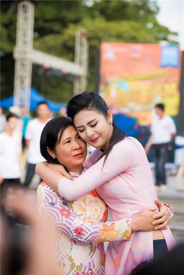 Ngọc Hân không kiềm chế được cảm xúc, ôm mẹ và oà khóc. - Tin sao Viet - Tin tuc sao Viet - Scandal sao Viet - Tin tuc cua Sao - Tin cua Sao