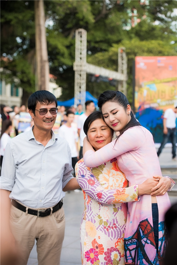 Bố mẹ đều dành những lời động viên và yêu thương cổ vũ cho Ngọc Hân, mong cô làm được nhiều điều tốt đẹp hơn cho cộng đồng, xã hội. - Tin sao Viet - Tin tuc sao Viet - Scandal sao Viet - Tin tuc cua Sao - Tin cua Sao
