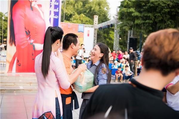 Hoa hậu Ngọc Hân, MC Phan Anh rơi nước mắt vì được tặng quà bất ngờ - Tin sao Viet - Tin tuc sao Viet - Scandal sao Viet - Tin tuc cua Sao - Tin cua Sao