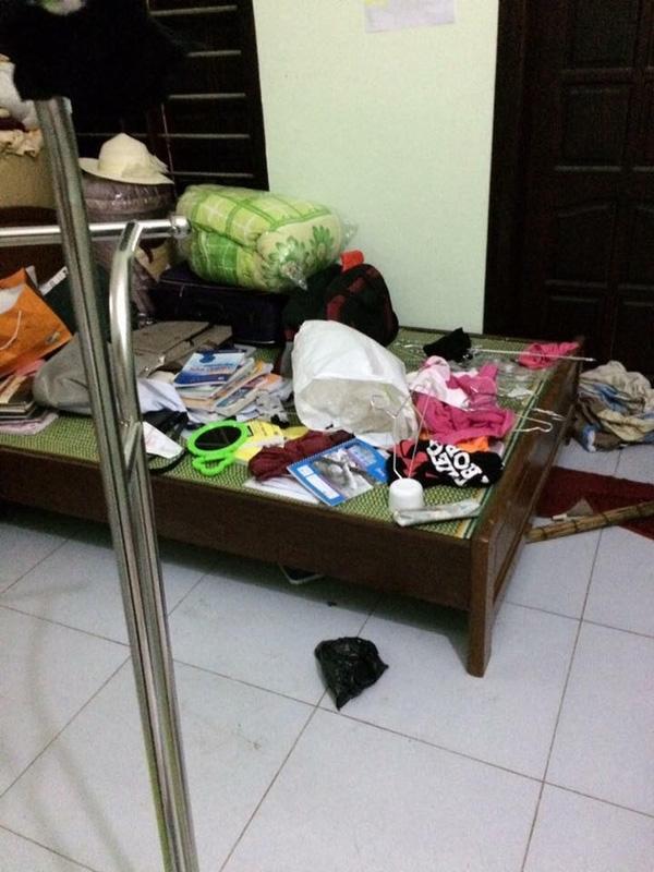 Chiếc giường thì bày đầy sách vở, quần áo ngổn ngang, không có nổi một chỗ đểngồi.(Ảnh: Internet)