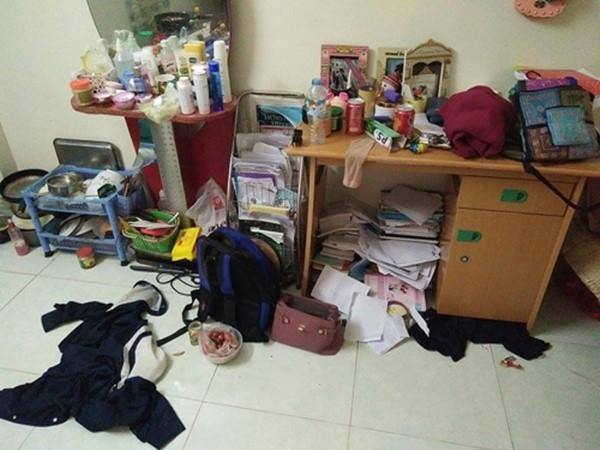 Chiếc bàn học, bàn trang điểm, trên sàn nhà đều là đồ đạc rơi vãi tứ lung.(Ảnh: Internet)
