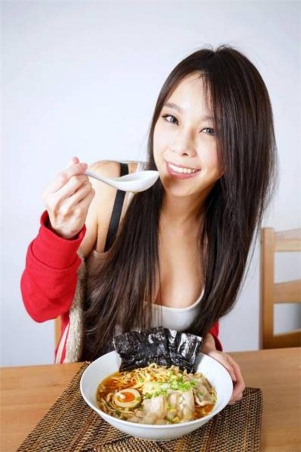 Nữ thạc sĩ kinh tế nổi như cồn vì đã xinh đẹp lại còn nấu ăn ngon